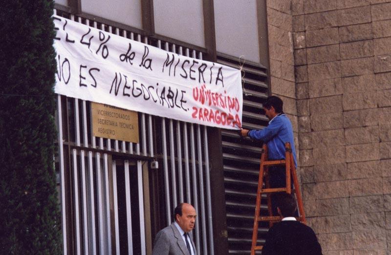 Pancarta en el rectorado